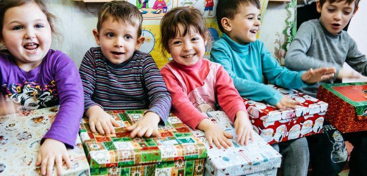 Kinder erhalten Schuhkartons in Moldau